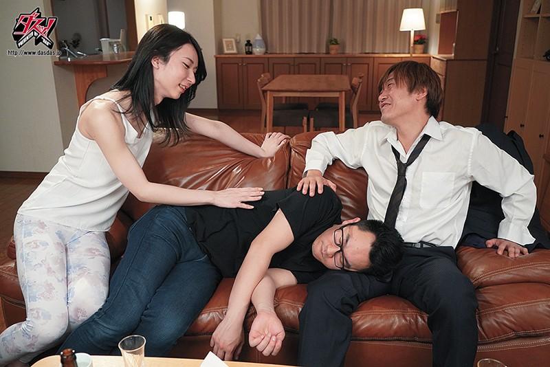 愛沢さらちゃんが欲望のままに不倫セックス!【眠る夫のすぐ傍で不埒な男にとろける程しゃぶられて… 愛沢さら】
